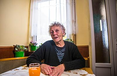 寂寞,祖母,家庭生活,肖像,一个人,女人,住宅内部,灰发,白发,仅一个老年女人