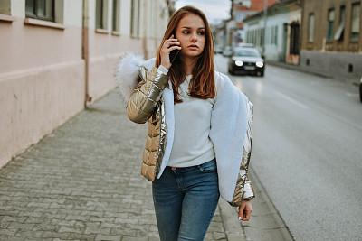 城市生活,社会化网络,肖像,一个人,技术,全球通讯,女人,仅一个青年女人,便携式信息设备,户外