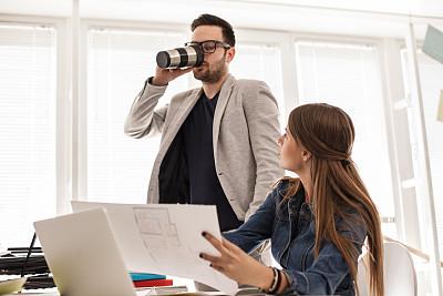 咖啡,青年男人,专业人员,咖啡杯,马克杯,美术设计室,忙碌,保温瓶,办公室,新创企业