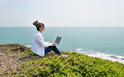 使用手提电脑,女人,海洋,技术,草,中国,中国人,户外,仅女人,仅一个女人