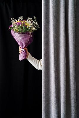 窗帘,女人,在之后,花束,手,中年女人,仅一个中年女人,纺织品,浪漫,一个人