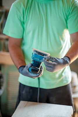 磨沙机,木工,砂纸,商务,专业人员,美术工艺,一个人,防护镜,拿着,木制