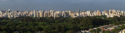 Panoramic skyline of the city of S?o Paulo, including several sights such as the Ibirapuera Park and Paulista Avenue.