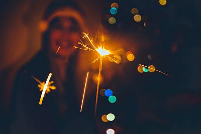 闪烁发光,新年前夕,女人,羊毛帽,暗色,圣诞装饰物,现代,拿着,欢乐,仅女人