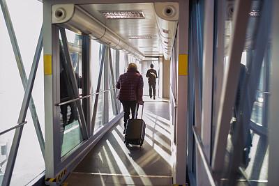 行李,女人,进出港显示牌,旅途,透过窗户往外看,全身像,仅女人,仅一个女人,乘客