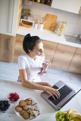 住宅内部,使用手提电脑,青年女人,电子邮件,平衡折角灯,技术,想法,水果,创作行业,仅女人