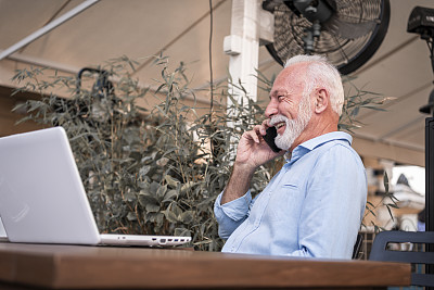使用手提电脑,男商人,餐馆,电话机,中老年人,老年男人,仅一个老年男人,咖啡杯,仅男人,技术