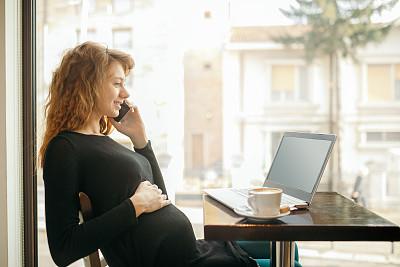 咖啡店,女人,咖啡杯,技术,商业金融和工业,仅女人,仅一个女人,幸福,使用手提电脑,智能手机