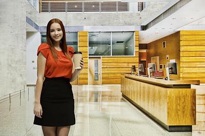 咖啡杯,18岁到19岁,青年女人,走廊,裙子,办公室,留白,少女,大厅,拿着
