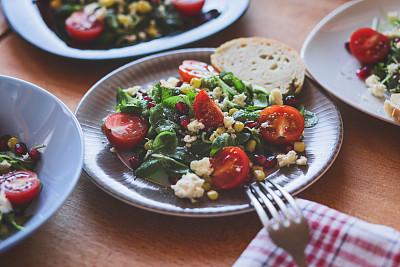 软干酪,石榴,甜玉米,樱桃番茄,野苣,菲塔乳酪,蔬菜,面包,食品,西红柿