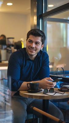 智能手机,咖啡,男商人,咖啡馆,电子邮件,专业人员,咖啡杯,杯,仅男人,肖像
