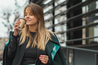 户外,咖啡,女商人,自然美,金色头发,咖啡杯,杯,浓咖啡,拿着,仅女人