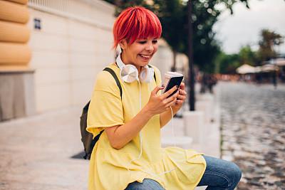 女孩,肖像,一次性杯子,户外,少女,短发,幸福,耳机,智能手机,咖啡