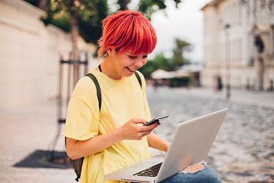染红的头发,女孩,肖像,技术,欢乐,户外,短发,幸福,使用手提电脑,互联网