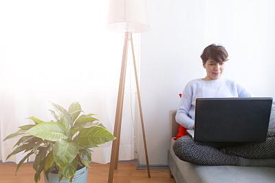 幸福,使用手提电脑,沙发,女人,周末活动,电子邮件,土耳其,舒服,技术,住宅内部