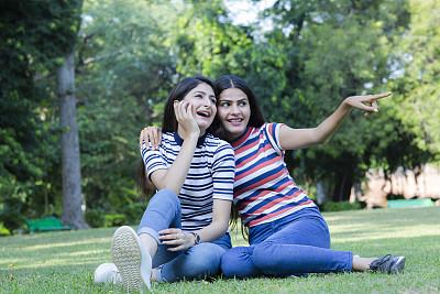 姐妹,幸福,两个人,女人,肉汁,印度次大陆人,周末活动,家庭,从容态度,公园