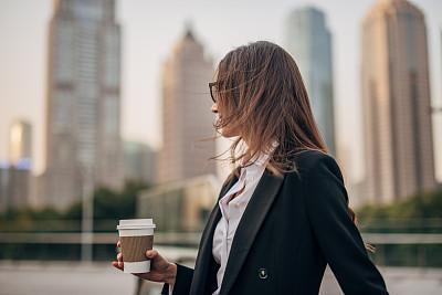 咖啡杯,女商人,商务,专门技术,专业人员,一个人,正装,女人,青年女人,移动式