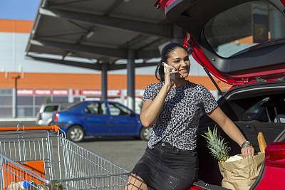 汽车,拿着,衣柜,女人,食品杂货,津贴,肖像,停车场,户外,仅女人