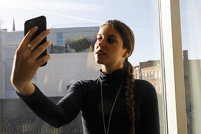 俄罗斯人,室内,手机,自拍,时装模特,肖像,技术,25岁到29岁,消息,仅女人