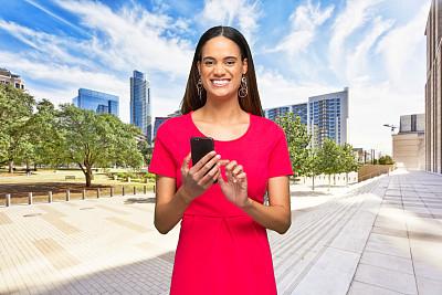 户外,青年女人,非裔美国人,手机,30岁到34岁,肖像,从容态度,拿着,奥斯汀镇,建筑