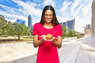 户外,快餐,青年女人,非裔美国人,拿着,肖像,从容态度,三明治,奥斯汀镇,建筑