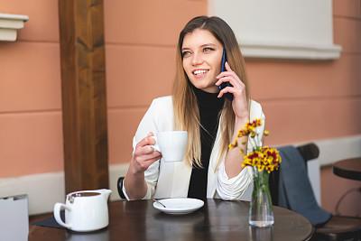 工间休息,咖啡店,商务,电子邮件,社会化网络,咖啡杯,杯,一个人,技术,青年女人
