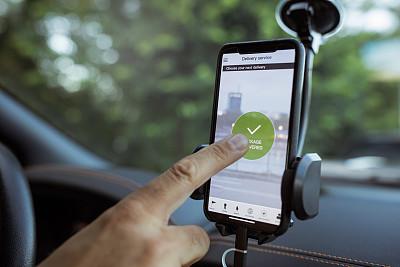 递送人员,下一个,商务,一个人,便携式信息设备,城市,商用车,全球定位系统,智能手机,有机食品