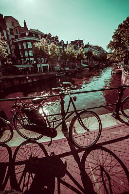 运河,骑自行车,阿姆斯特丹,自行车,商业金融和工业,河流,户外,建筑,晴朗,古城