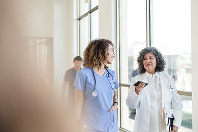 老年人,走廊,在活动中,健康保健工作人员,专业人员,医药职业,医疗建筑