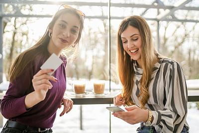 青年女人,餐馆,信用卡,幸福,在家购物,咖啡店,真实的人,技术,顾客,窗户
