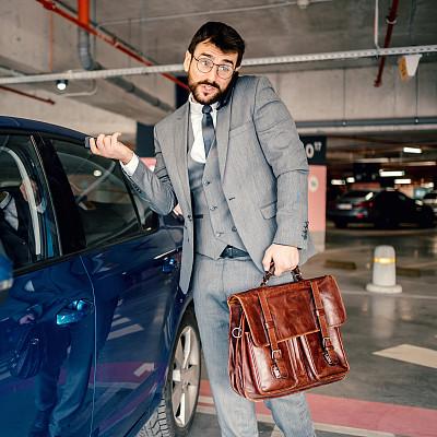 汽车,男商人,开锁,车库,在活动中,仅男人,仅一个男人,停车楼,停车场,仅一个中年男人