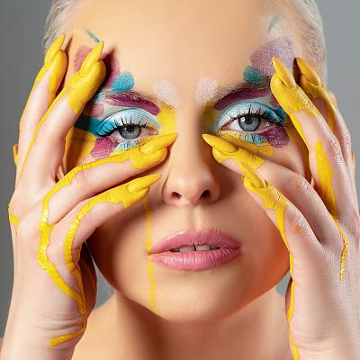 彩妆,多色的,扑面粉,肖像,从容态度,影棚拍摄,仅女人,仅一个女人,注视镜头