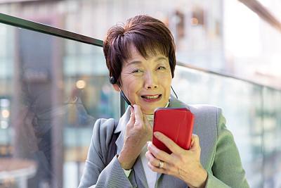日本人,女商人,老年人,活力,专业人员,仅日本人,耳麦,肖像,工作年长者,商业金融和工业