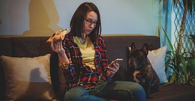 狗,比萨饼,理想化的,周末活动,哺乳纲,小的,犬科的,仅女人,幸福,智能手机