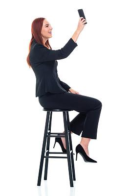白色背景,女商人,正装,青年女人,手机,衣服,白色人种,吧椅,电子邮件,背景分离