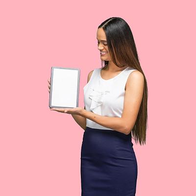 彩色背景,非洲人,主持人,女性,商务休闲,使用平板电脑,衣服,30岁到34岁,肖像,技术