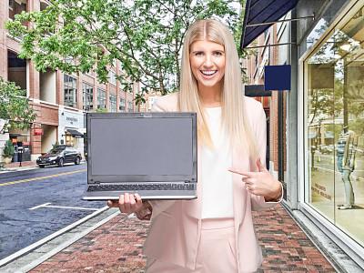 户外,主持人,使用手提电脑,女性,商店,正装,衣服,肖像,技术,现代