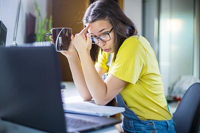 家庭作业,青年女人,商务,城市生活,计算机,技术,图书馆,网络空间,现代,女人