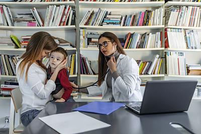 母亲,男孩,专业人员,药,2岁到3岁,商业金融和工业,儿童