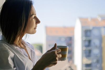 咖啡,青年女人,透过窗户往外看,热,咖啡杯,杯,肖像,马克杯,拿着,仅女人
