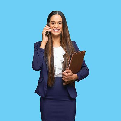 马尼拉文件夹,智能手机,女性,彩色运动茄克,经理,非洲人,拿着,衣服,站,做