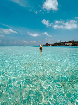 女人,泻湖,马尔代夫,旅途,热带气候,25岁到29岁,印度洋,欢乐,户外,溅