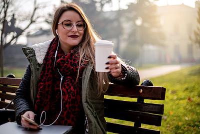 咖啡,女人,派克大街,专业人员,长椅,技术,步行,喝,坐,联系