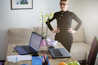 女人,家庭办公,肖像,技术,帐单,拿着,住宅内部,仅女人,仅一个女人,坐