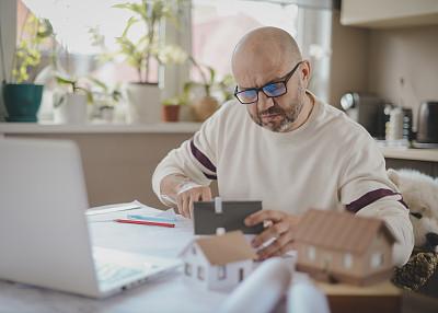 男人,中老年人,家庭办公,狗,中老年男人,仅一个中老年男人,仅男人,建筑承包商,联系,相伴
