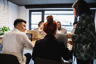 女性,办公室,领导能力,羊毛帽,Today,策略,导演,技术,爆炸头,拉美人和西班牙裔人