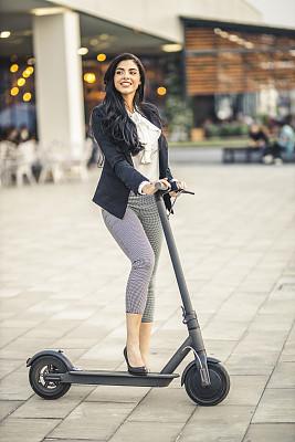 女商人,手推脚踏车,伦敦城,在活动中,旅途,专业人员,现代,通勤者,户外,骑车