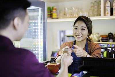 亚洲,信用卡,咖啡馆,无线技术,女招待,顾客,自然美,咖啡杯,付款,收到