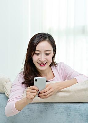 沙发,手机,美女,舒服,技术,现代,中国,躺,做,趴着