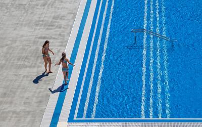 少女,两个人,游泳池,周末活动,仅儿童,儿童,夏天,户外,行动,相伴